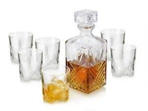 vasos y botella para whisky