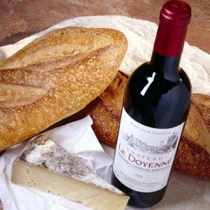 botella de vino tinto y pan