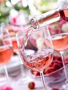 servir una copa de vino rosado