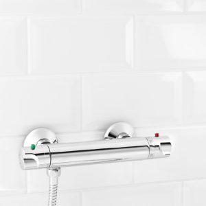 grifo termostático en el baño