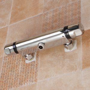 grifo termostático en la pared de un baño