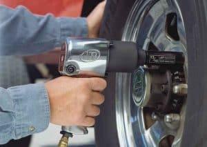 apretar tornillos de una rueda con llave de impacto