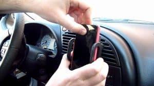 poner el móvil en un soporte de móvil para coche
