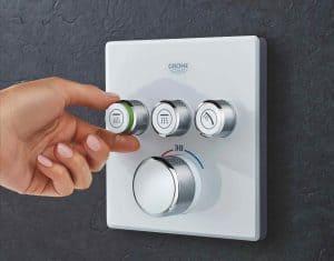 mano tocando un grifo termostático