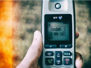 teléfono fijo en la mano
