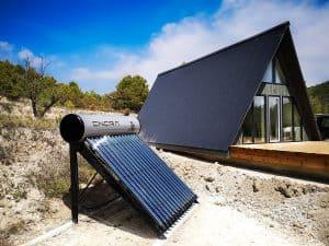 placa solar en el exterior de una casa