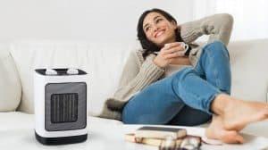 mujer en el sofá con un calefactor