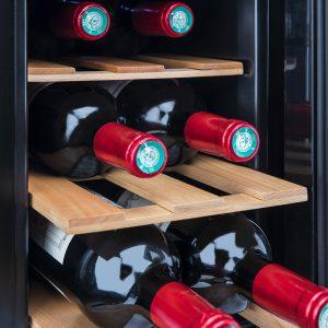 botellas de vino en una vinoteca eléctrica