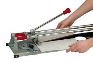 cortar un azulejo con un cortador de azulejos