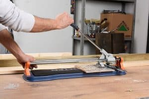lateral de un cortador de azulejos