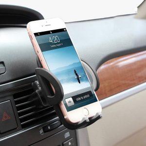 teléfono móvil en un soporte para coche