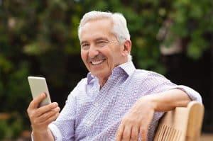 señor viendo un móvil para personas mayores
