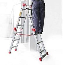 persona en una escalera multifunción