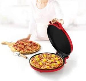 mujer abriendo un horno para pizza