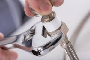 persona usando una llave inglesa