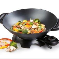 wok eléctrico con alimentos