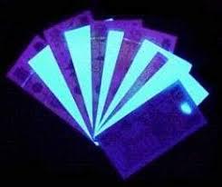 objetos enfocados con lámpara de luz UV