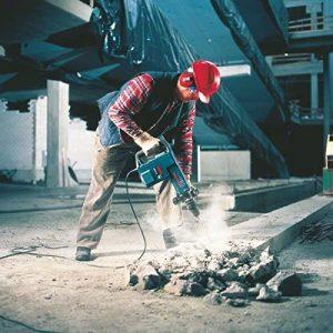 hombre usando un martillo picador