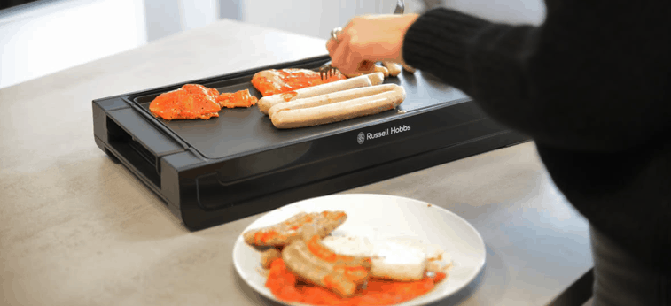 persona cocinando en plancha de cocina