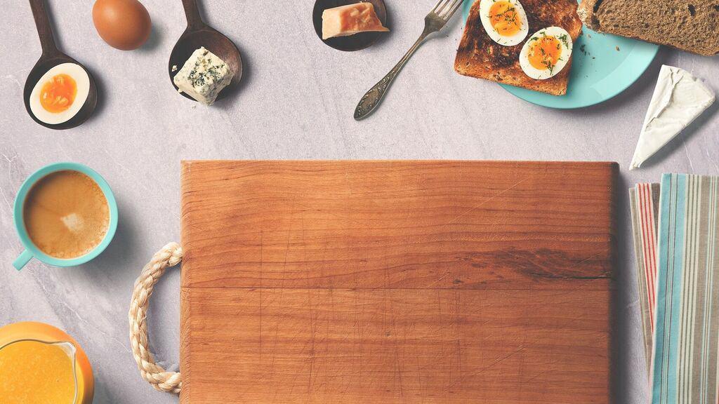 tabla de cortar y alimentos alrededor