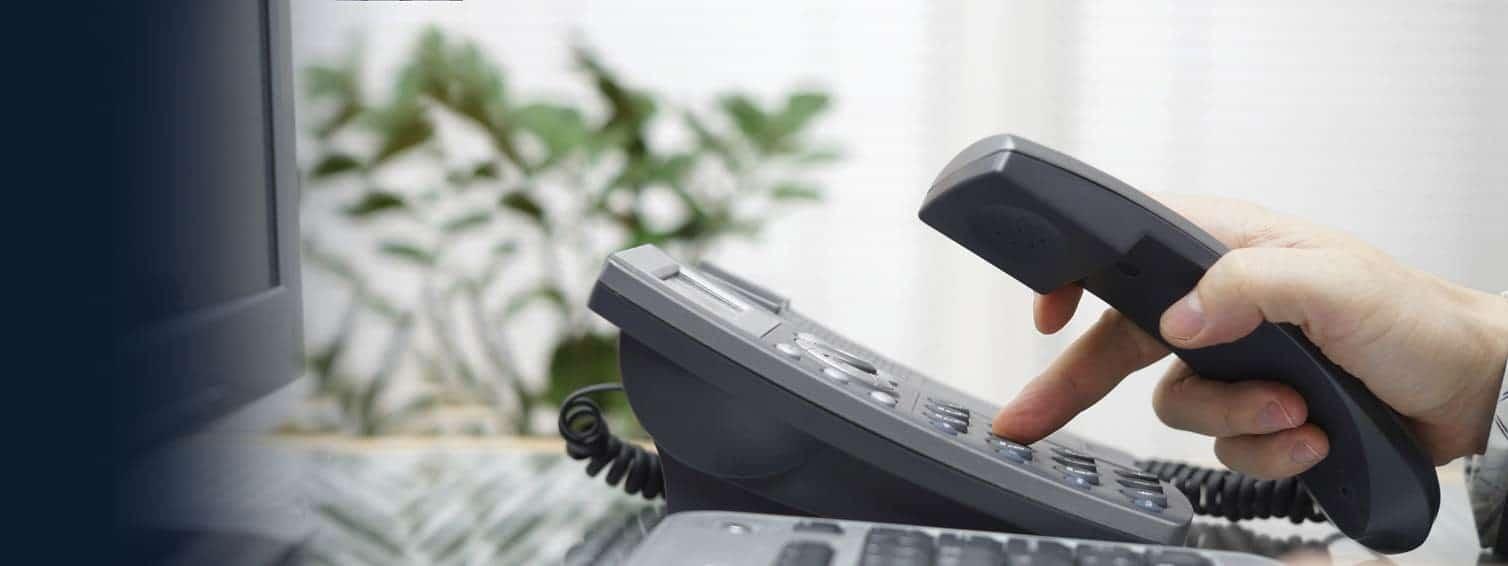 persona usando un teléfono VoIP