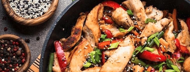 comida cocinada en un wok
