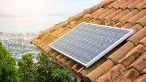 placa solar pequeña en el tejado