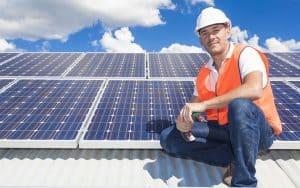 hombre y placas solares de fondo