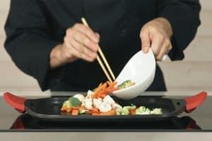 plancha de cocina con alimentos