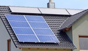 varias placas solares en un tejado