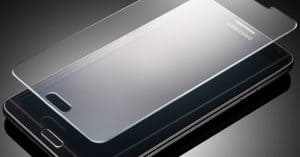 teléfono móvil con protector de pantalla