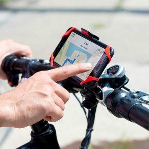 persona usando un móvil en un soporte de móvil para bici