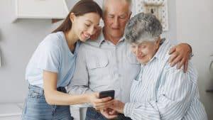 matrimonio e hija con móvil para personas mayores