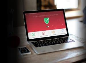 ordenador instalando un antivirus
