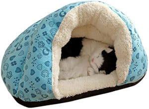 gato durmiendo en una cama para gato cerrada