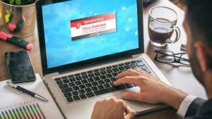 persona instalando un antivirus
