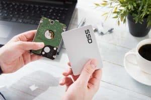 persona con dos discos duros SSD