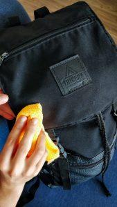 persona limpiando una mochila