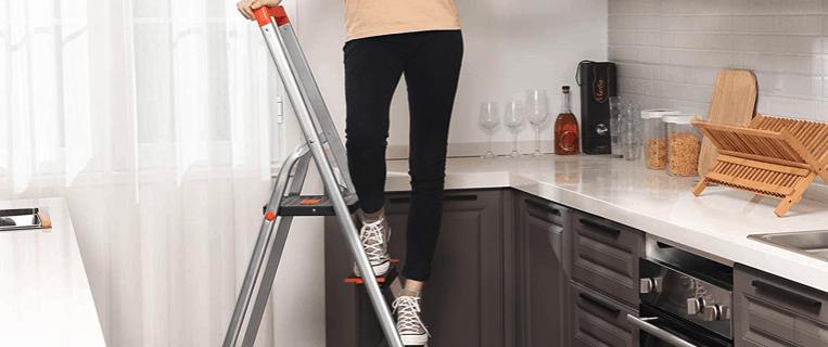 persona usando una escalera multifunción