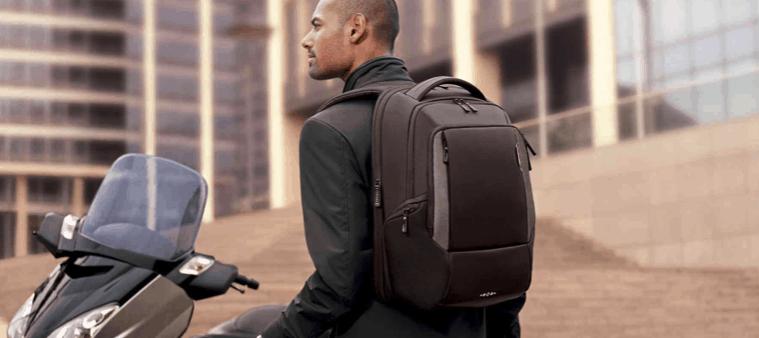 hombre con una mochila para portátil