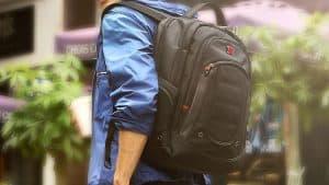 persona llevando una mochila para portátil