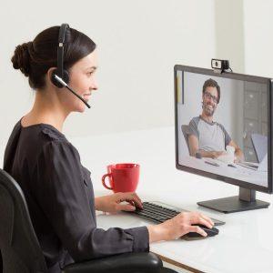 mujer en videoconferencia con webcam
