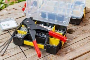 remachadora y caja de herramientas