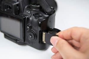 meter una tarjeta de memoria en una cámara réflex