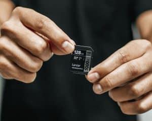 tarjeta de memoria cogida con manos