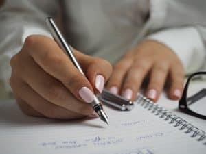 persona escribiendo con una pluma estilográfica