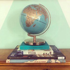 globo terráqueo sobre libros