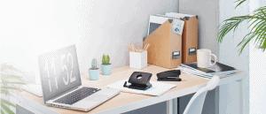 mesa de un despacho con grapadora y otros