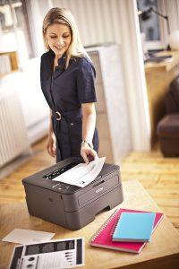 mujer usando una impresora láser