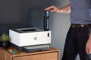 hombre usando una impresora láser
